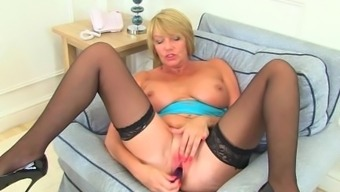 Uk milf Amy meets her pussy needs