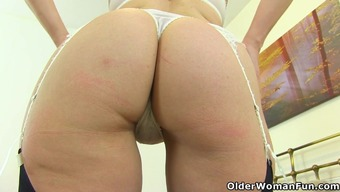 English language milf Kitty Creme places her hands wrists and fingers to function