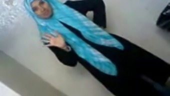 Beautiful Arab College Student Reveals Her Attributes To Man