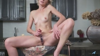 Addicted to sex housewife Artemia is masturbating on the kitchen table