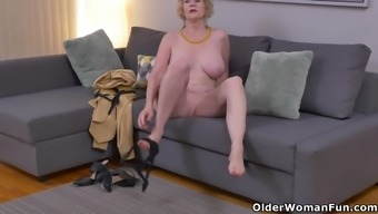 North american gilf Sindee Cox tape off and rubs one out