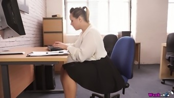 Thick 29 yo The english language nympho Ashley Rider is so into repartee his or her own cunt